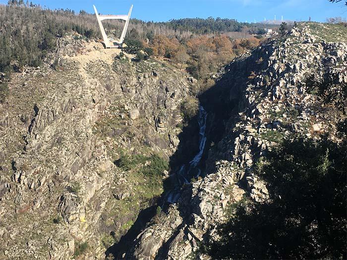 Ponte-pedonal-e-cascata-das-Aguieiras